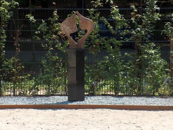 granieten sokkel met kunst in tuin via Solits